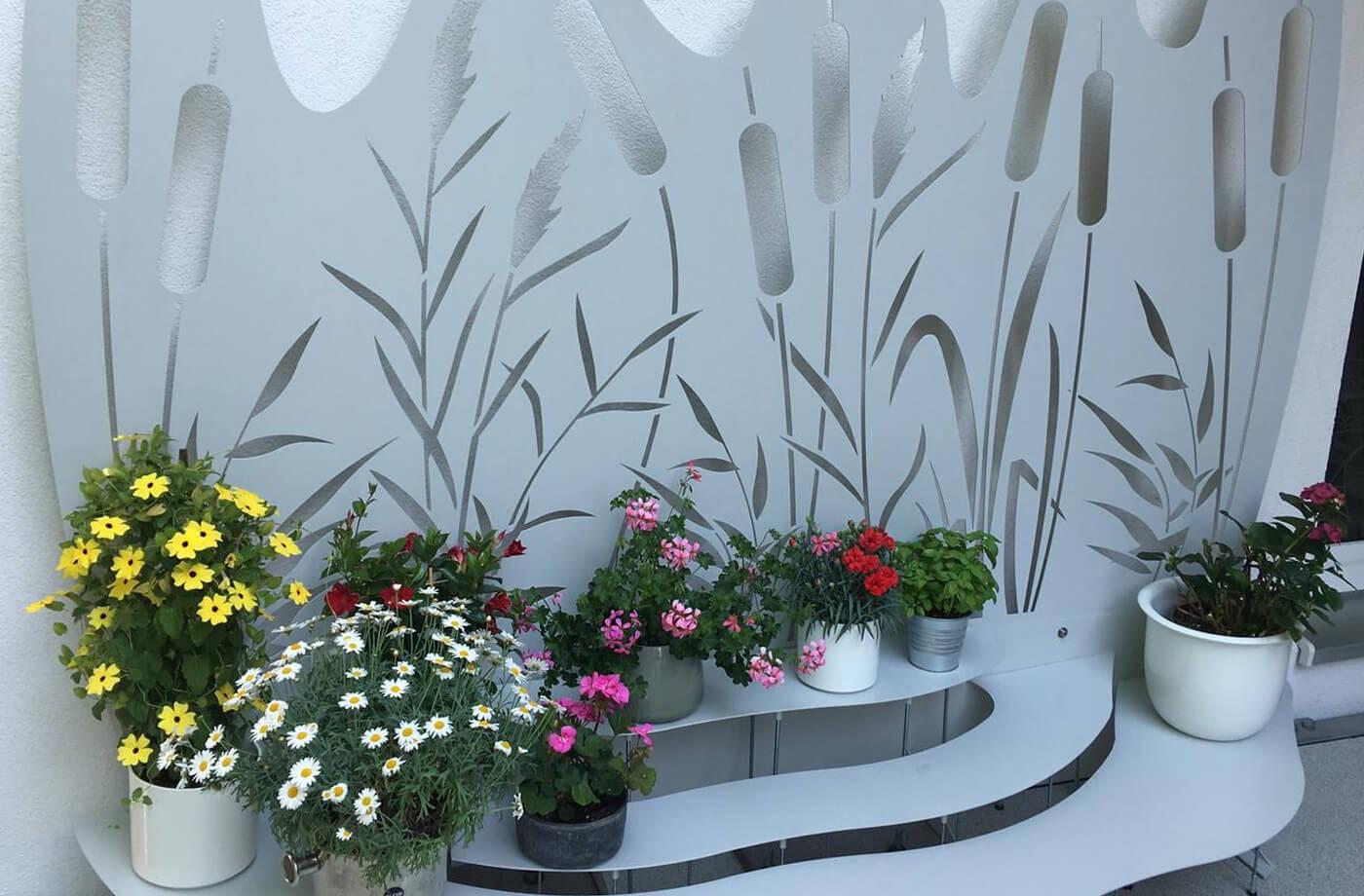 Blumenbank mit Motivrückwand